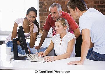 cuatro, espacio de la oficina, businesspeople, mirar, computadora, sonriente