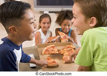 cuatro, niños jóvenes, dentro, comer pizza, sonriente