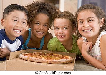 cuatro, niños jóvenes, dentro, con, pizza, sonriente