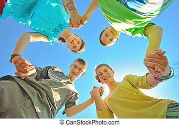 cuatro niños, manos de valor en cartera