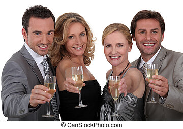 cuatro personas, brindar, éxito