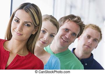 cuatro personas, posición, en, pasillo, sonriente