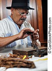 cubano, cigare, hechaa mano, lujo, elaboración, hombre