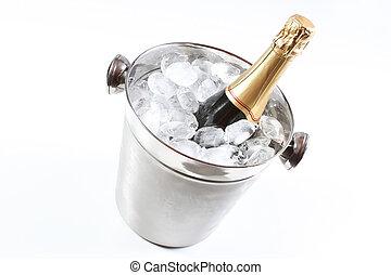 cubo del champán, hielo, flautas