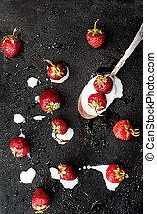 cucchiaiata, rovesciato, scuro, spruzzato, fondo, bagnato, yogurt, fragole fresche, vista superiore