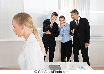 cuchicheo, sobre, mujer, businesspeople