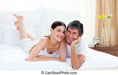cuddling, coppia, letto, loro, dire bugie, amare