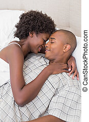 Cuddling, intimo, coppia, letto, loro, dire bugie