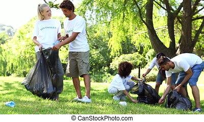 cueillette, volontaires, haut, déchets ménagers, heureux