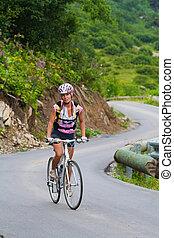 cuesta arriba, en una bicicleta