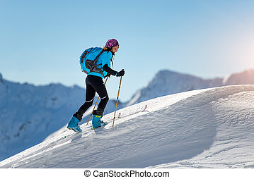 cuesta arriba, niña, con, sello, pieles, y, esquí, montañismo