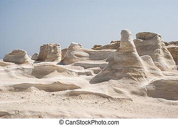 cuevas, y, formaciones de roca, por, el, mar, en, sarakiniko, área, en, milos, isla, grecia
