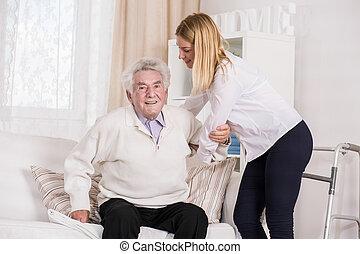 cuidado, assistente, ajudando, homem sênior