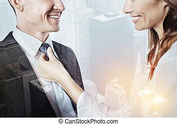 cuidado, esposa, anudar una corbata, de, ella, ocupado, marido