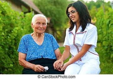 cuidado, médico de mujer, anciano, enfermo, aire libre