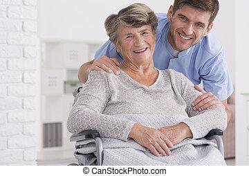 cuidado mayor, ayudante, con, mujer incapacitada