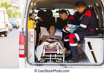 cuidado, paramédico, hablar, paciente en ambulancia
