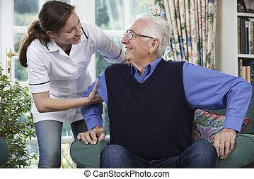 cuidado, trabajador, porción, hombre mayor, para conseguir, arriba, afuera, de, silla