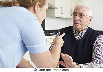 cuidado, trabalhador, mistreating, homem idoso