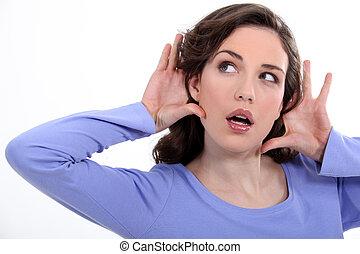 cuidadosamente, mujer, algo, escuchar