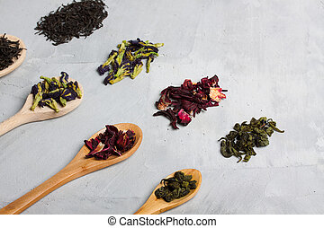 cuillères bois, à, différent, feuilles thé, sur, gris, béton, arrière-plan.