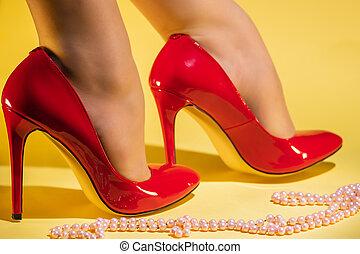 cuir verni, femme, rouges, stylet, pieds, jaune, talons, fond