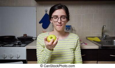 cuisine, appareil photo, girl, regarde, lunettes, table, assied, mange, pomme