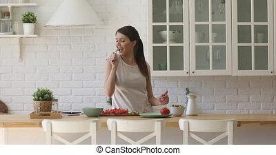 cuisine, danse, microphone, chant, cuisine, cuillère, heureux, tenue, femme