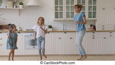 cuisine, danser ensemble, maman, deux enfants, heureux, ...