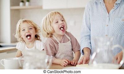 cuisine, deux, petit, jeune, mère, enfants, préparer, intérieur, nourriture.
