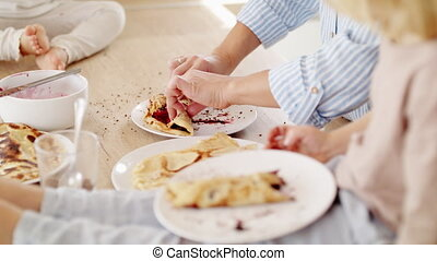 cuisine, pancakes., petit, jeune, mère, manger, enfants, deux, intérieur
