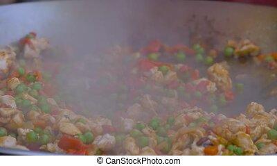 cuisine, -, poivres, pois, lent, chef cuistot, haut, morceaux, énorme, view:, viande, wok, mouvement, fin