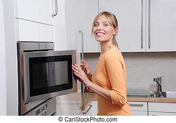 cuisiniers, femme, moderne, micro ondes, blonds, cuisine