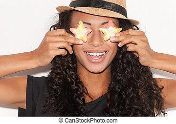cukorka, eyes., vidám, fiatal, african woman, alatt, beijedt, kalap, birtok, cukorkák, előtt, neki, szemek, és, mosolygós, időz, álló, ellen, white háttér