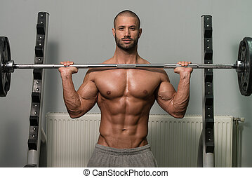 culturista, ejercitar, hombros, con, barra con pesas