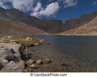cumbre, orilla de lago