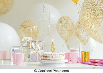 cumpleaños, adornado, pastel, en, colorido, plano de fondo