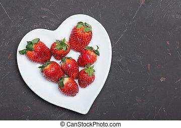 cuore, concetto, piastra, modellato, cima, tabletop, fragole, nero, fresco, bianco, bacche, rosso, vista