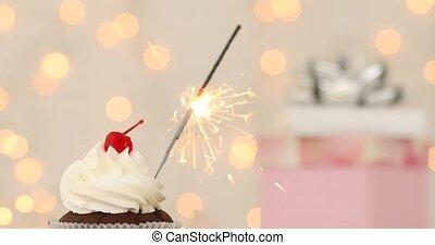 cupcake, met, sparkler, op, beige achtergrond