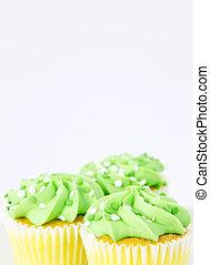 cupcakes, con, spring's, verde ligero, para, capa de azúcar glaseado