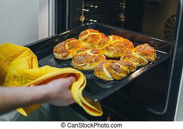 cupcakes, het koken, time., vrouw, frituurdeeg, oven, zetten, keuken, closeup.