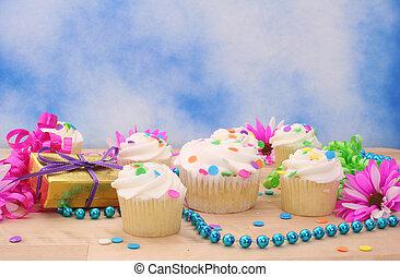 cupcakes, y, regalo, con, flor