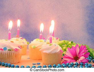 cupcakes, y, regalo, con, velas
