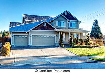 Curb appeal design idea - Pretty siding house with colomn...