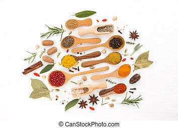curcuma, anis, thym, herbes, cardamome, spoons., grain poivre, cannelle, divers, fond, origan, romarin, bois, épices, paprika, muscade, chilli, sel