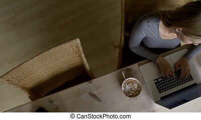 curieux, ordinateur portable, femme, fille, utilisation