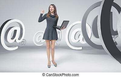 curioso, mujer joven, entre, correos electrónicos