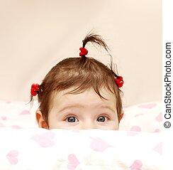 curioso, ragazza bambino, con, carino, gomma, capelli, cravatte