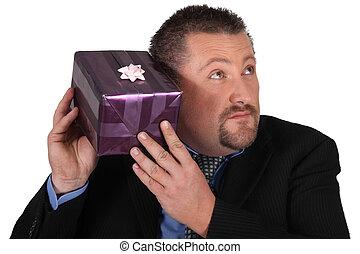curioso, uomo, regalo, pacco