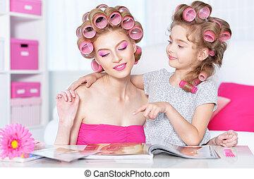 curlers, mère, cheveux, fille